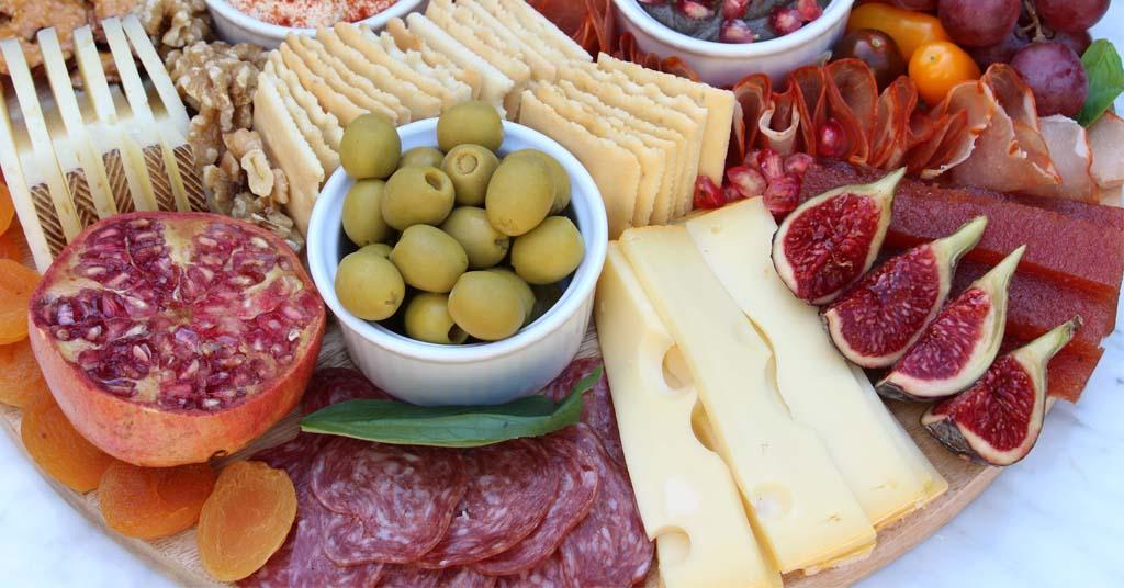 tischkäse-und-würstchen-oliven